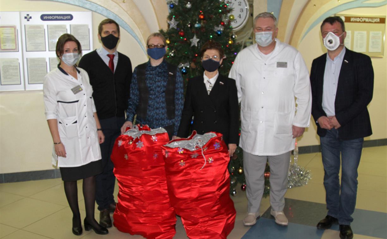 Депутаты Тульской облдумы подарили пациентам областной детской больницы новогодние подарки
