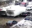 В Туле на Одоевском шоссе посреди дороги грузовик застрял в яме