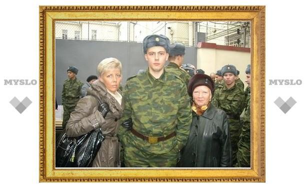 Родители проводят призывников до военной части