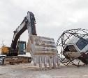 У посёлка Барсуки два экскаватора «играют» в футбол автомобилем «Ока»