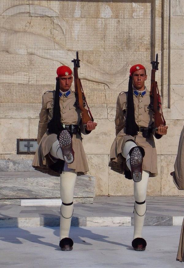 Греческие эвзоны: два башмака - пара.