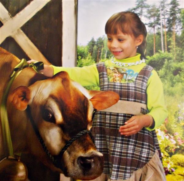 Я люблю тебя корова, От копыт и до хвоста, Будь удойна и здорова, И в общении проста. Не пугай детей рогами, Не топчи в садах цветы, Полюбуйся вместе с нами Чудесами красоты. Молоко и простоквашу Каждый день, твоё едим, Мы тебя с почтеньем нашим Бубенцами наградим. Пусть бренчат под такт копыта Пусть округу веселят, Будет у коровки свита, Ждём  с отёла двух телят.