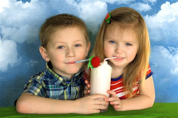 """""""Молоко вдвойне вкусней если это молочный коктейль!"""" На фото: Ваня и Лиза Петровы"""