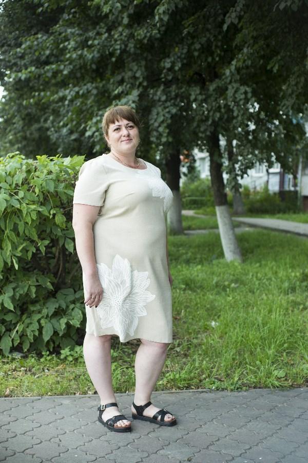 Елена Шнаревич. 34 года, рост 156 см, вес 95 кг. «В принципе, я никогда не была худышкой, но после вторых родов очень сильно «выросла». До беременности я ходила на восточные танцы (правда, танцевать я так и не научилась). Но за шесть месяцев похудела на 12 кг, чему была очень рада. Очень надеюсь на ваш выбор и свою удачу. Заранее большое спасибо».