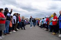 Толпа туляков взяла в кольцо прилетевшего на вертолете Леонида Якубовича, чтобы получить мороженное, Фото: 23