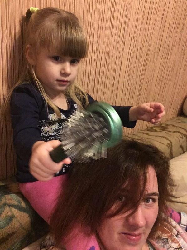 Дочка расчесывает маму)