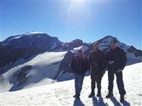 На высоте 3400 м над уровнем моря. Владелец отеля Карл-Хайнц, Денис Садовников и  Михаил Смирнов. Позади вершина (3905 м), куда русскими солдатами были доставлены 4   австро-венгерских горных орудия., Фото: 65