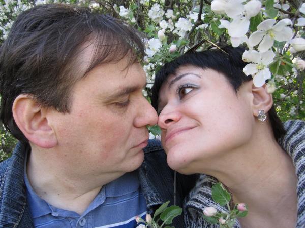 """Познакомились мы с Игорем по объявлению в """"Слободе"""" 20 августа 2000 года. 31 октября 2000 года нам мама дала 100 рублей на сыр. Эти деньги мы потратили...НА УПЛАТУ ГОСПОШЛИНЫ ЗА РЕГИСТРАЦИЮ БРАКА!!! 4 декабря 2000 года мы расписались. С тех пор мы всегда и везде ходим вместе, неразлучники. Вот такая у нас love story."""