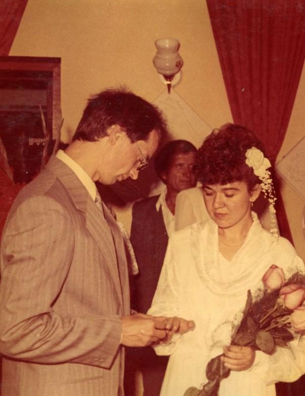 Создание семьи самое хорошее на свете 1994 год. Одевает муж мне на пальчик колечко в ЗАГСЕ