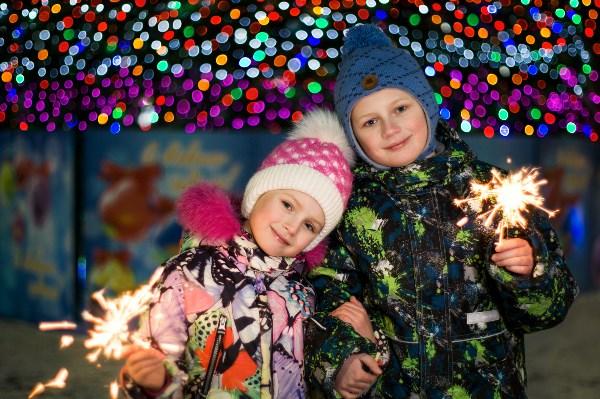 Огоньки сверкают, красный, голубой. Хорошо нам, ёлка, весело с тобой! Мы убрали ёлку в праздничный наряд. Огоньки на ветках весело горят.