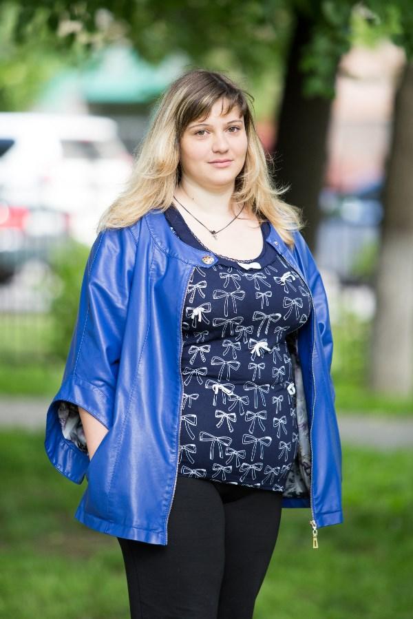 Лилия Царёва, 26 лет, вес 96 кг.До 19 лет я весила 65 кг и никогда не задумывалась, что ем и сколько. Потом начала набирать вес, но никогда с ним не боролась. Лишние килограммы прибавлялись незаметно, по 5 кг в год. Потом у меня родился сын, вес начал расти как на дрожжах… Пыталась сидеть на диете, но от одного этого слова хотелось есть ещё сильней. Результаты были, но недолго. Очень хочется стать активной мамой, больше играть и проводить время с сыном. Надоело быть вечно уставшим бегемотиком, спешащим на диван.