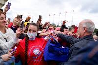 Толпа туляков взяла в кольцо прилетевшего на вертолете Леонида Якубовича, чтобы получить мороженное, Фото: 37