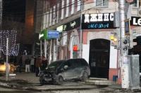В центре Тулы после ДТП иномарка отлетела на ступени магазина , Фото: 11