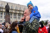 Толпа туляков взяла в кольцо прилетевшего на вертолете Леонида Якубовича, чтобы получить мороженное, Фото: 68