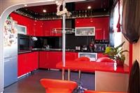 Красно-черная кухня выглядит экспрессивно и современно., Фото: 1
