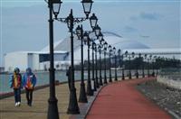 """Волонтеры на набережной у Олимпийского парка в Сочи. На дальнем плане - стадион """"Фишт""""., Фото: 7"""