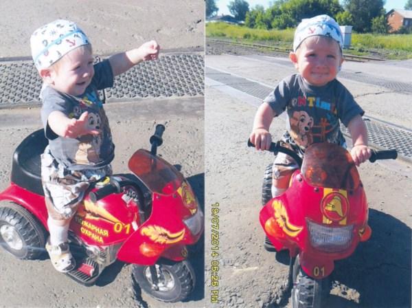 """Фотографии Ванюши, которому 30 августа будет один год, прислала нам его бабушка. """"Ваня очень любит кататься на мотоцикле, и я решила послать его фото на конкурс Мотолето"""", - пишет бабушка. Мы отсканировали их и ждём, что вы поддержите маленького байкера!"""