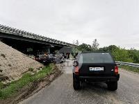 Под Тулой шесть джипов пытаются вытянуть самосвал из кювета, Фото: 1