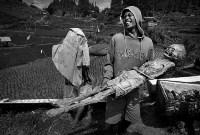 «Жить ради смерти» – финалист в категории циклов. В Тораджи (Индонезия) ритуалы, связанные с погребением, очень сложные. После смерти человека семье могут потребоваться недели, месяцы или даже годы, чтобы захоронить его. Все это время родные считают его «больным» и держат дома. В районе Пангала существует церемония Манене, которая проходит после сбора урожая. Во время её проведения гробы открываются, жители достают из них мумии, очищают, сушат на солнце и переодевают., Фото: 14