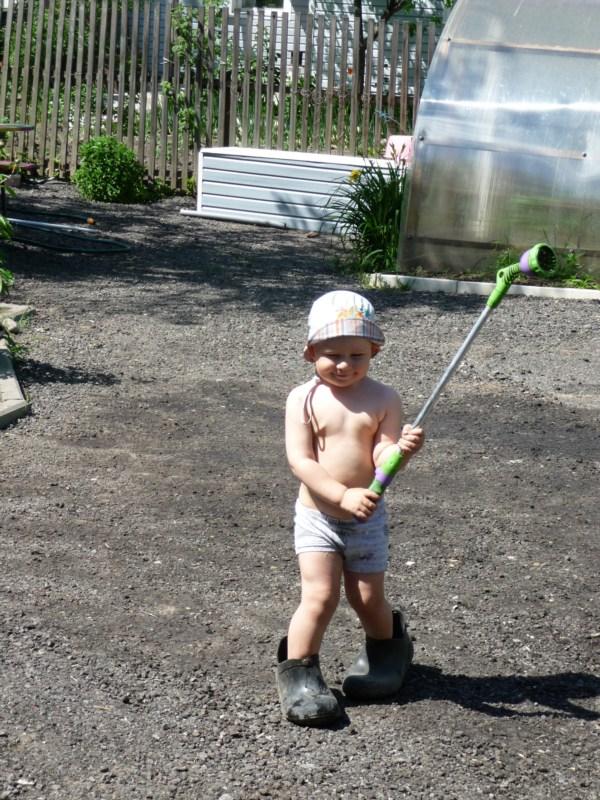 Ходил поливать огород, свои сапожки не нашёл.