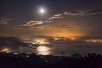 Луна в небе над Парати, Бразилия. ФОТО: RAFAEL DEFAVARI, Фото: 8