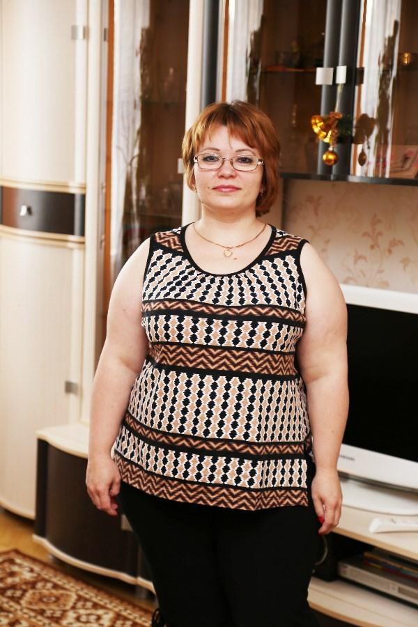 Ольга Калугина, 33 года, вес 80 кг. Я мать-одиночка, воспитываю сынишку, который учится во втором классе, занимается плаванием, радует своими успехами. Принять участие в вашем проекте меня подтолкнули достижения Кристины Сухаревой, а также подруга, зарегистрированная на вашем портале как Ягуська. После рождения сына я стала поправляться. Как и большинство молодых мам, думала, что это временное явление и моё тело вернёт былую стать. Но, увы, это было заблуждение… Я пыталась самостоятельно скорректировать своё питание, режим дня, физические нагрузки. Но все усилия не принесли никакого результата. Я поняла, что без помощи специалиста мне не обойтись (так как имеются противопоказания по физическим нагрузкам). Мой вес 80 кг может показаться вам небольшим, но при росте 145 см для меня он огромен! Моя мечта вернуть свой прежний вес — 46 кг, приобрести лёгкость, быть гордостью для сына. Я хочу победить себя!
