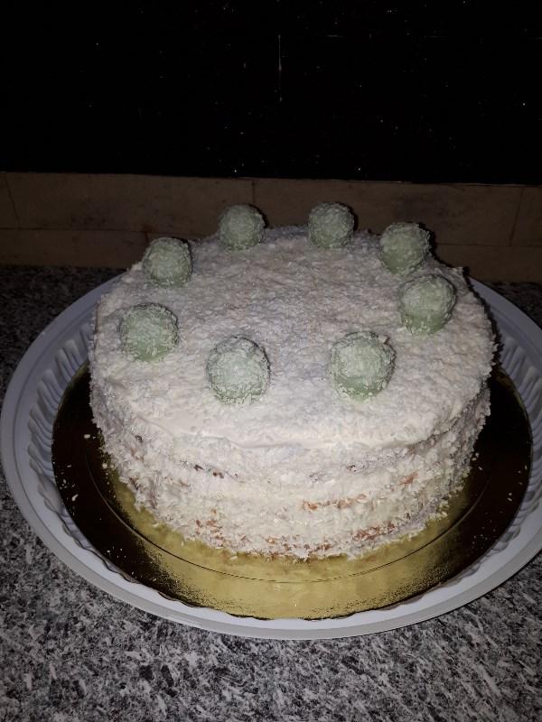 Слишком просто для шедевра, по очень вкусно. Ананасовый торт с манго и сливками в кокосовой стружке. Послойно фото в комментариях