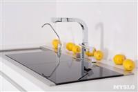 Кухонная мойка закрывается от посторонних глаз панелями из темного стекла. Они также могут служить подносами или разделочными досками, Фото: 25