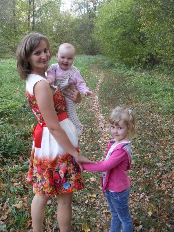 Я - МАМА двух замечательных девочек 4х лет и 9и месяцев. Желаю каждой женщине испытать эти непередаваемые ощущения когда держишь на руках или за ручку своего ребенка. Всех мам в праздником! Фото сделано в любимой Ясной Поляне.