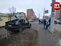На ул. Ложевой в Туле после столкновения ВАЗ вылетел на тротуар, Фото: 4