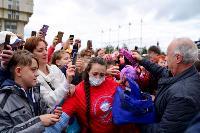 Толпа туляков взяла в кольцо прилетевшего на вертолете Леонида Якубовича, чтобы получить мороженное, Фото: 40