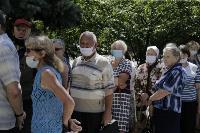 В Туле пенсионеры толпятся в огромной очереди на продление проездных, Фото: 2