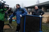 Александр Лебедев ремонтирует детскую площадку, Фото: 6