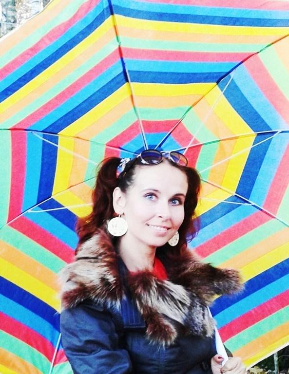"""""""Тихо в зонтик мой дождик стучится, солнце скрыто за туч полотном, словно яркая дивная птица машет мне своим пёстрым крылом""""..)))"""