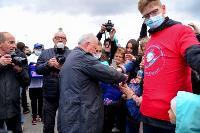 Толпа туляков взяла в кольцо прилетевшего на вертолете Леонида Якубовича, чтобы получить мороженное, Фото: 45