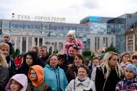Толпа туляков взяла в кольцо прилетевшего на вертолете Леонида Якубовича, чтобы получить мороженное, Фото: 22