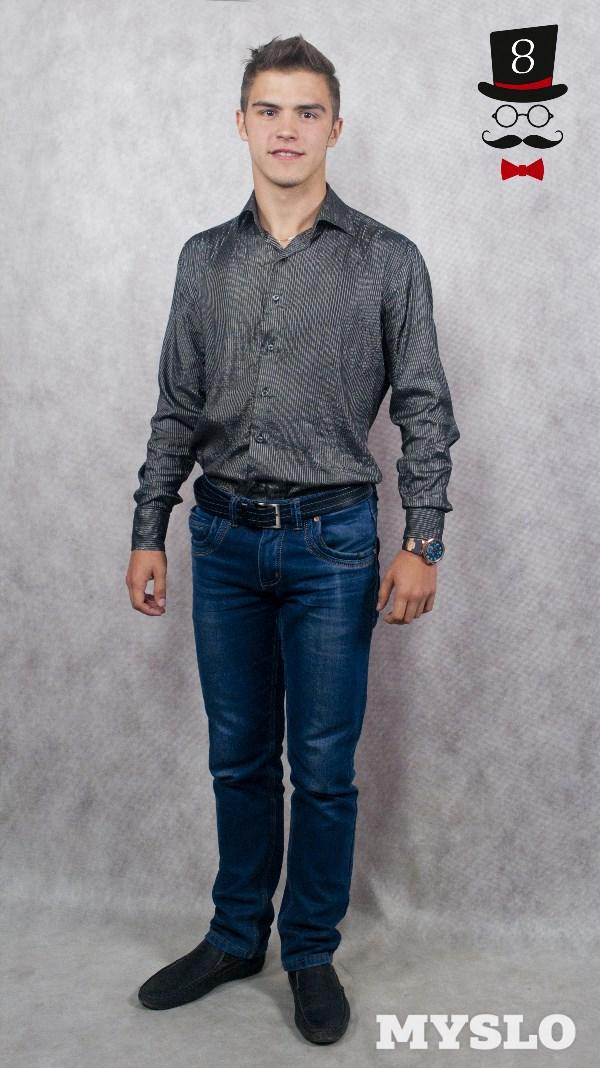 Константин Мустафаев, 17 лет. Рост 178 см. Изучает академический вокал в Тульском колледже искусств им. А. С. Даргомыжского. Увлекается тяжёлой атлетикой и баскетболом.