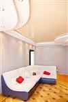 Зону гостиной стилистически объединяют с кухней ярко-красные аксессуары. , Фото: 7