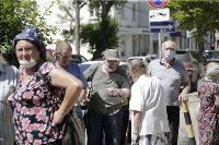В Туле пенсионеры толпятся в огромной очереди на продление проездных, Фото: 18