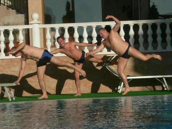 лебединый бассейн!На фото-йа,дружище с Перми,Костян,дружище с Краснодарского края,Мишаня.Не помню,зачем мы это делали;) 2008 год.