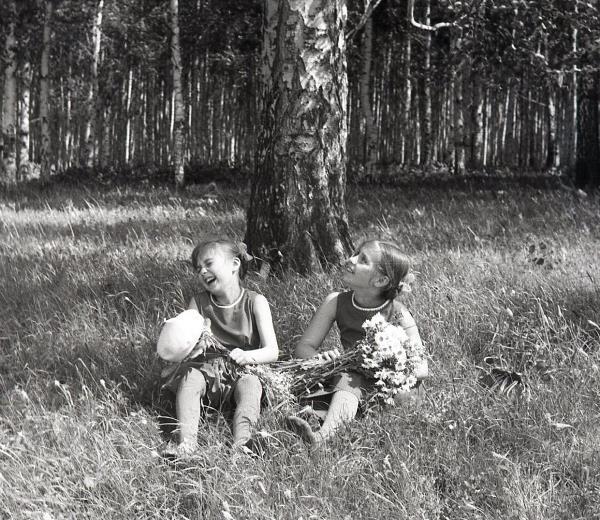 С сестрой Женей (справа) в Ясной Поляне, 1964 год.