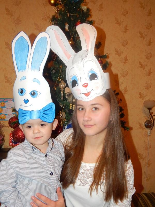 На прошлый новогодний утренник были зайцем. Сочинский вариант проиграл, сын выбрал глазастого. Но мама купила костюм. Так что пригодились маски только для домашних репетиций.