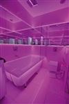 Ванная комната тоже белая, а сиреневой она становится благодаря светодиодной подсветке. , Фото: 3