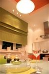 Зеленый цвет появился в кухне не случайно. Он добавляет оранжево-белой гамме свежести и домашнего уюта, Фото: 3