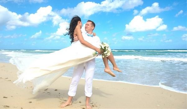 Для счастья много не надо Любовь и Пина Колада Ночь, океана прохлада Когда мы просто вдвоем, с тобой вдвоем. Куба, Куба.