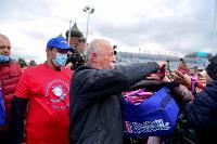 Толпа туляков взяла в кольцо прилетевшего на вертолете Леонида Якубовича, чтобы получить мороженное, Фото: 35