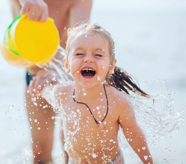 абсолютно счастливый  ребенок