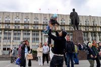Толпа туляков взяла в кольцо прилетевшего на вертолете Леонида Якубовича, чтобы получить мороженное, Фото: 72