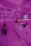 Ванная комната тоже белая, а сиреневой она становится благодаря светодиодной подсветке. , Фото: 2