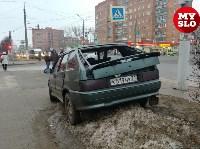 На ул. Ложевой в Туле после столкновения ВАЗ вылетел на тротуар, Фото: 1